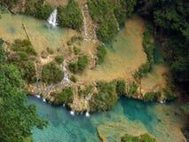 Vue aérienne des piscines et des cascades de Semuc Champey Images libres de droits