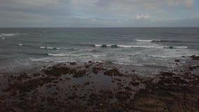 Vue aérienne des ressacs et de la côte rocheuse banque de vidéos