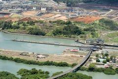 Vue aérienne des serrures de Miraflores et la construction d'un plus large Images stock