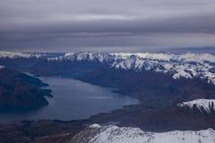 Vue aérienne des sud couronnés de neige de wakatipu de montagne et de lac islan Photo stock