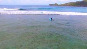 Vue aérienne des surfers, Baie Lazare Beach, Mahe Island, Seychelles 8 clips vidéos
