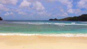 Vue aérienne des surfers, Baie Lazare Beach, Mahe Island, Seychelles 9 banque de vidéos