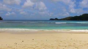 Vue aérienne des surfers, Baie Lazare Beach, Mahe Island, Seychelles 10 banque de vidéos
