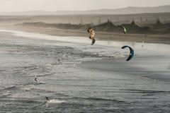 Vue aérienne des surfers de cerf-volant sur la plage de Muriwai Images stock