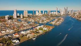 Vue aérienne des surfers paradis et Southport, la Gold Coast, Australie banque de vidéos