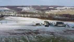 Vue aérienne des terres cultivables amish en Pennsylvanie clips vidéos