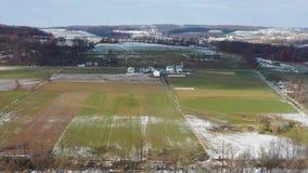 Vue aérienne des terres cultivables amish en Pennsylvanie banque de vidéos