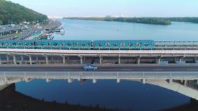 Vue aérienne des tours de métro au-dessus du pont banque de vidéos