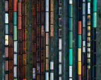 Vue aérienne des trains de fret colorés photos libres de droits