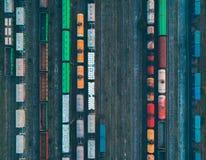 Vue aérienne des trains de fret colorés image libre de droits