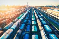 Vue aérienne des trains de fret colorés au coucher du soleil Chariots de cargaison Photo libre de droits