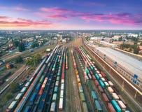 Vue aérienne des trains de fret colorés Gare britannique Image libre de droits
