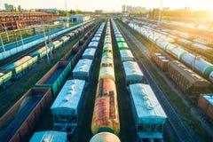 Vue aérienne des trains de fret colorés sur le chemin de fer Images stock