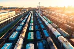 Vue aérienne des trains de fret colorés sur le chemin de fer Photographie stock