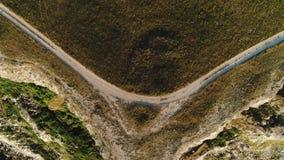 Vue aérienne des vagues de mer et du tir rocheux fantastique de côte Vue supérieure de la falaise rocheuse par la mer banque de vidéos