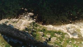 Vue aérienne des vagues de mer et du tir rocheux fantastique de côte Vue supérieure de la falaise rocheuse par la mer clips vidéos