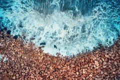 Vue aérienne des vagues de mer et de la côte rocheuse Images libres de droits