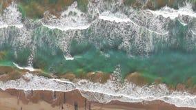 Vue aérienne des vagues venant au rivage fond ou texture banque de vidéos