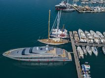 Vue aérienne des voiliers et des bateaux amarrés Les bateaux ont amarré dans le port de la marina de Vibo, quai, pilier Images libres de droits