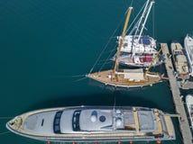 Vue aérienne des voiliers et des bateaux amarrés Les bateaux ont amarré dans le port de la marina de Vibo, quai, pilier Photos libres de droits