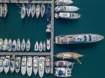 Vue aérienne des voiliers et des bateaux amarrés Les bateaux ont amarré dans le port de la marina de Vibo, quai, pilier Photographie stock libre de droits