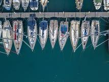 Vue aérienne des voiliers et des bateaux amarrés Les bateaux ont amarré dans le port de la marina de Vibo, quai, pilier Image libre de droits