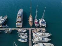 Vue aérienne des voiliers et des bateaux amarrés Les bateaux ont amarré dans le port de la marina de Vibo, quai, pilier Image stock