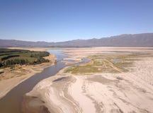 Vue aérienne du barrage de Theewaterskloof, barrage principal du ` s de Cape Town, avec extrêmement - les niveaux bas photographie stock libre de droits