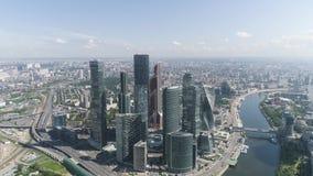 Vue aérienne du beau complexe des immeubles de bureaux en verre modernes, ville de Moscou, concept urbain de jungle action Verre banque de vidéos
