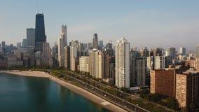 Vue aérienne du beau paysage urbain de Chicago Vol du bourdon t à partir des gratte-ciel et du lac michigan, accélération clips vidéos