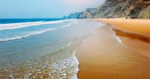 Vue aérienne du bourdon de vol des ressacs et de la belle plage dans Algarve Photos stock