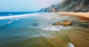 Vue aérienne du bourdon de vol des ressacs et de la belle plage dans Algarve Photographie stock libre de droits
