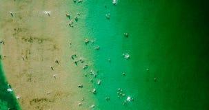 Vue aérienne du bourdon de vol de la foule de personnes ayant l'amusement, jouant et détendant dans l'eau chez la Mer Noire Photos libres de droits