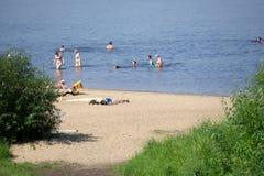 Vue aérienne du bourdon de vol de la foule de personnes détendant sur la plage au Portugal images stock