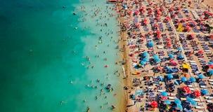 Vue aérienne du bourdon de vol de la foule de personnes détendant sur la plage de Costinesti en Roumanie Photographie stock
