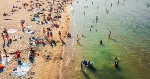 Vue aérienne du bourdon de vol de la foule de personnes détendant sur la plage de Costinesti en Roumanie Photo libre de droits