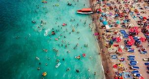 Vue aérienne du bourdon de vol de la foule de personnes détendant sur la plage de Costinesti en Roumanie Photographie stock libre de droits