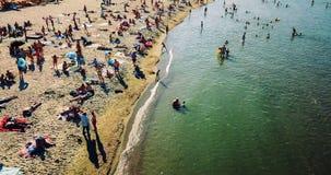 Vue aérienne du bourdon de vol de la foule de personnes détendant sur la plage de Costinesti en Roumanie Image stock