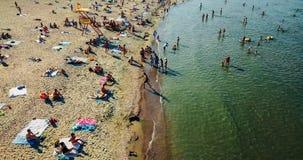 Vue aérienne du bourdon de vol de la foule de personnes détendant sur la plage de Costinesti en Roumanie Image libre de droits
