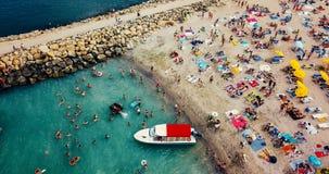 Vue aérienne du bourdon de vol de la foule de personnes détendant sur la plage de Costinesti en Roumanie Photo stock