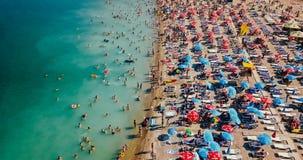 Vue aérienne du bourdon de vol de la foule de personnes détendant sur la plage de Costinesti en Roumanie Photos stock