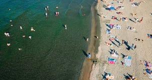 Vue aérienne du bourdon de vol de la foule de personnes détendant sur la plage de Costinesti en Roumanie Images stock