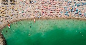 Vue aérienne du bourdon de vol de la foule de personnes détendant sur la plage en Roumanie Images stock