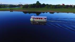 Vue aérienne du bourdon, volant près d'un petit bateau récréationnel Rivière de Nemunas banque de vidéos