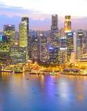 Vue aérienne du centre crépusculaire de Singapour images libres de droits