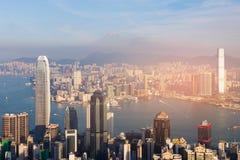 Vue aérienne du centre de ville de Hong Kong au-dessus de mer de Victorial Photos stock