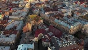 Vue aérienne du centre historique de Lviv Tir avec le bourdon banque de vidéos