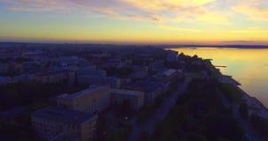Vue aérienne du centre ville de ville sur le lac au coucher du soleil en été banque de vidéos