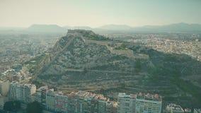 Vue aérienne du château de Santa Barbara dans le paysage urbain d'Alicante, Espagne banque de vidéos