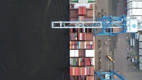 Vue aérienne du chargement de grue de portique et du bateau de déchargement banque de vidéos